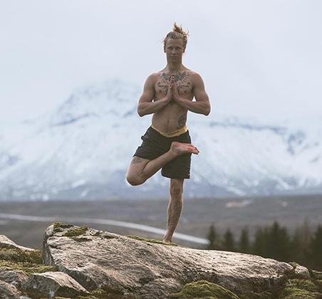 Хейдар практикует йогу несколько лет и обучает йоге жителей Исландии, а также иностранцев, которые приезжают, чтобы посетить его занятия