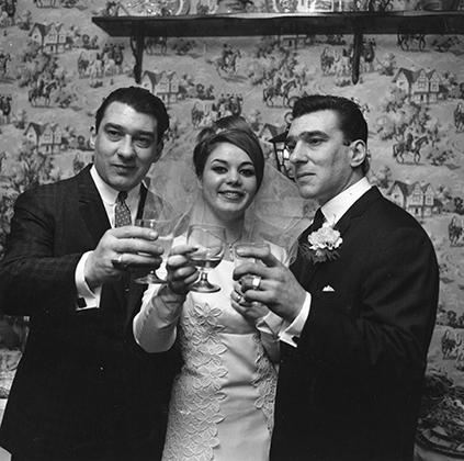 Большинство сходится во мнении, что братья были бисексуальны, но, в отличие от Рональда, Реджинальд состоял в браке с женщиной. На Фрэнсис Ши, которая была моложе него на 10 лет, Реджи женился в 1965 году. С братьями девушка познакомилась, когда ей было всего 16 лет.