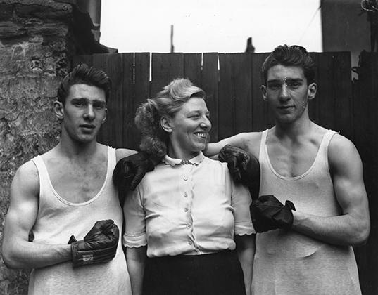 В 1950 году, когда была сделана эта фотография, Реджи и Ронни еще надеялись сделать карьеру боксеров. Вместе с матерью Вайолет, которая в основном и занималась воспитанием братьев.