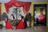 Фотограф Диего Морено посвятил фотосерию мексиканскому празднику Девы милосердия, который ежегодно отмечается 22 сентября. В этот день люди наряжаются в уродливые, пугающие маски и облачаются в максимально объемные платья. Эта с виду странноватая и даже жутковатая традиция призвана искупить грехи. Чем больше и кошмарнее будет одеяние, тем вероятнее их обладатель избавится от грехов.  <br> <br>  Морено исследовал столкновение этой традиции с реальностью. Его двоюродная бабушка умирала от склеродермии, которая на протяжении всей жизни деформировала ее тело. С помощью этих работ фотограф попытался восстановить ее образ и поразмышлять о связях, чудовищах, болезни и смерти.