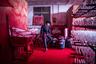 Герой снимка Вэй работает на заводе в китайском городе Иу. Его задача — подкрашивать снежинки из полистирола красным красителем. Он носит рождественскую шляпу, чтобы защитить свои волосы, и меняет минимум шесть масок в день.  <br> <br>  По данным китайских правительственных СМИ, 600 фабрик в Иу производят около 60 процентов рождественских украшений в мире. Заводы укомплектованы в основном мигрантами, которые работают 12 часов в день, получая зарплату от 270 до 400 евро в месяц. Вэй, который приехал в Иу из сельской местности в 1,5 тысячи километров от завода, точно не знает, что такое Рождество. Он предполагает, что это иностранный аналог китайского Нового года.