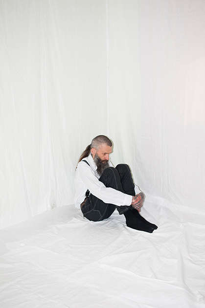 С детства Андрей много читал, и, по его словам, узнал о существовании ВИЧ довольно рано. В юности был панком, делал татуировки. 25 лет Андрей принимал наркотики. Он думал, что у него может быть ВИЧ, и до 2013 года не проверялся. Когда узнал о своем статусе, начал посещать группу взаимопомощи, принимает терапию и подрабатывает монтажником. <br><br> На вопросы о стигме говорит, что ни разу с подобным не сталкивался. Впрочем, ВИЧ неоднократно становился помехой для создания серьезных отношений. <br><br> «Я верю, что внутри меня живут два я. Две силы. Одна — светлая, а другая — темная. Я верю, что так устроен человек. У меня внутри постоянно идет борьба, и я нашел свою сторону. Но я все еще хочу понять — кто я такой», — размышляет он.