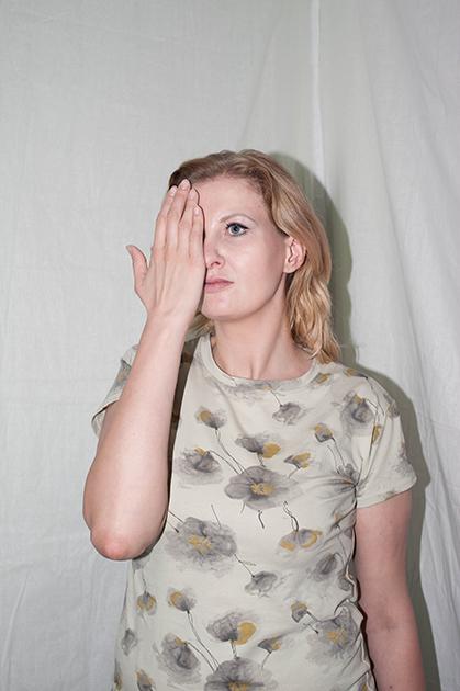 Работает в СПИД-сервисе, есть семья и двое детей. Закончила академию по специальности «Психология». ВИЧ заразилась от своего молодого человека десять лет назад, о своем статусе она долгое время не знала. <br><br> Со стигмой Лена столкнулась во время первой беременности. Гинеколог сказала ей, что ребенок может родиться «слепым или глухим», а затем назначила неподходящее лечение. <br><br> Лена — председатель родительского комитета в детском саду своих детей. В мае 2018 года одна из мам из-за внутреннего конфликта рассылала сообщения о ее ВИЧ-статусе в социальных сетях, пытаясь настроить всех против нее. <br><br> По сей день в неожиданных ситуациях, касающихся ВИЧ-статуса, Лену охватывает волнение. По ее мнению, причина лежит в низкой самооценке. «Отношение людей к тебе часто зависит от странных вещей, например, от того, сколько ты весишь. Они общаются с тобой в одном ключе, когда ты весишь 108 килограммов, и совершенно в другом — более положительном — когда весишь 75 килограммов. Два совершенно разных подхода», — считает девушка.