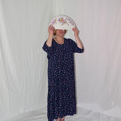 В юности Ярослава часто проводила время на улице, попала в плохую компанию, около 20 лет принимала наркотики. В 34 года узнала о ВИЧ-статусе, и, по ее словам, это изменило ее жизнь к лучшему. Сейчас Ярослава замужем, работает равным консультантом в СПИД-центре. В этом году она получит диплом специалиста по социальной работе. <br><br> Со стигмой Ярослава чаще сталкивается, когда слушает истории своих клиентов. «Да что ты мне ******* (врешь), я же врач, я знаю, не может там у тебя болеть. И вообще, у вас, у ВИЧ-овых наркоманов, есть инфекционная больница», — цитирует Ярослава слова врача, к которому ее клиентка пришла с жалобами на боль. Девушку в итоге госпитализировали, но только после письменных жалоб и вызова социального работника.