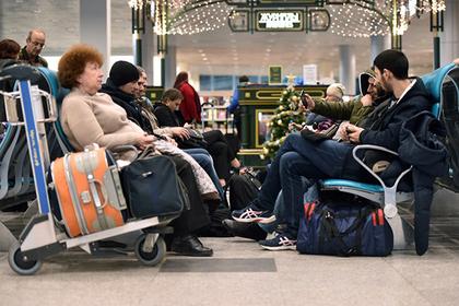 В московских аэропортах разрешили лежать на полу и кататься верхом