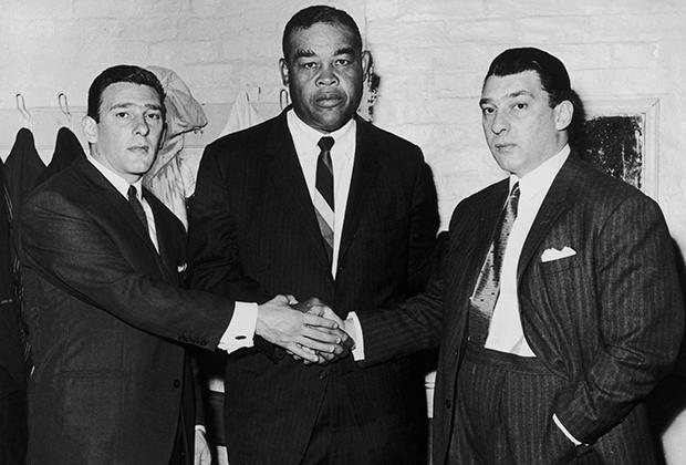 Братья сохранили любовь к боксу и водили дружбу с лучшими боксерами мира. Вместе с легендой бокса тяжеловесом Джо Луисом в 1960 году.