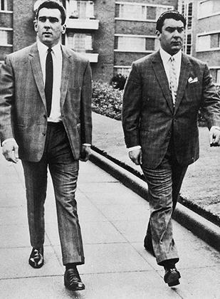 Братья Крэй старались выглядеть великолепно даже в суде. По пути в лондонский суд Седра, 3 августа 1964 года. Тогда братьям удалось выйти сухими из воды.