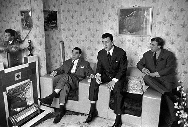 Все три брата Крэй в сборе: Реджи, Ронни и Чарли в доме матери в апреле 1965 года.