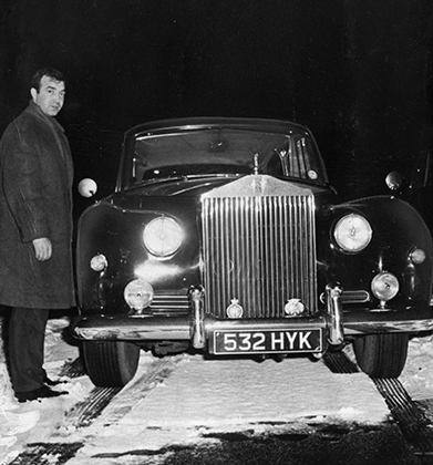 Главный враг Крэев Эдди Ричардсон рядом со своим Rolls-Royce Phantom V в 1965 году.
