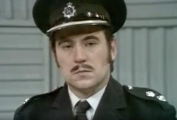 Полицейский детектив Гарри «Хваткий» Органс — аллюзия на реально существующего полицейского Леонарда Рида.