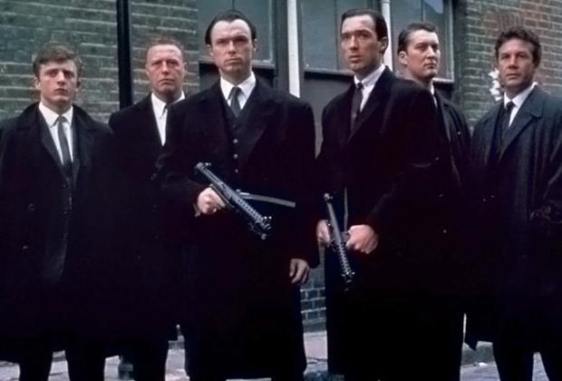 Первым полнометражным фильмом про жизнь Реджи и Ронни стала картина «Братья Крэй» 1990 года. Братьев в нем сыграли музыкант Гэри Кэмп и его брат Мартин Кэмп. При этом Кэмпы не были близнецами —Мартин родился на два года позже Гэри.