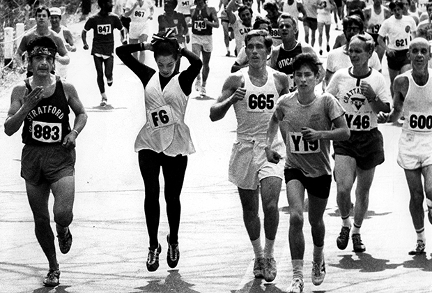Кэтрин Швитцер во время Бостонского марафона 17 апреля 1972 года