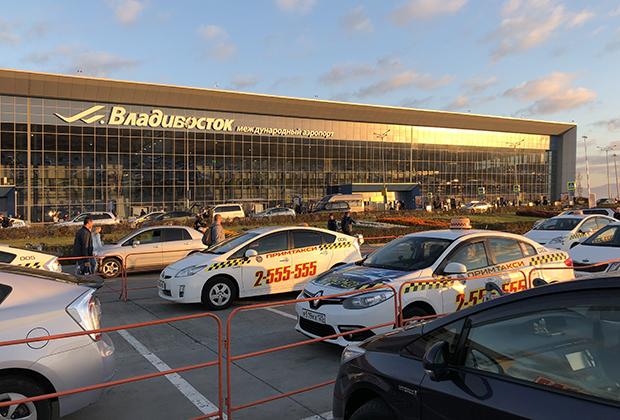 Аэропорт восходящего солнца и машины с правым рулем