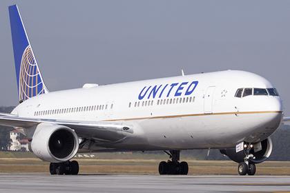 Пьяная британка накричала на кресло, поколотила стюардесс и развернула самолет