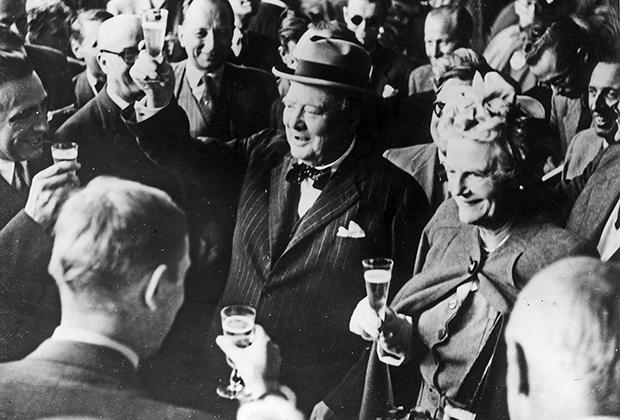 26 августа 1946 года. Бывший премьер-министр Великобритании Уинстон Черчилль произносит тост по прибытии в Швейцарию в компании своей жены Клементины