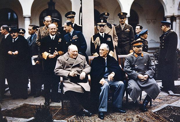 7 декабря 1943 года, Тегеран. Американский президент Франклин Рузвельт, премьер-министр Великобритании Уинстон Черчилль и советский лидер Иосиф Сталин на обеде по случаю 69-летия Черчилля