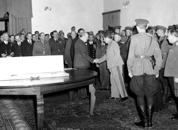29 ноября, 1943 год. Вручение наградного меча Сталинграда премьер-министром Великобритании Уинстоном Черчиллем Маршалу Советского Союза Иосифу Сталину в присутствии президента США Франклина Рузвельта и почетного караула на церемонии, приуроченной к открытию Тегеранской конференции