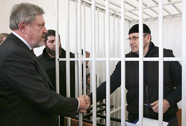 Григорий Явлинский (слева) и глава грозненского представительства правозащитного центра «Мемориал» Оюб Титиев, во время рассмотрения ходатайства о продлении меры пресечения