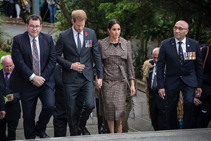 Принц Гарри и Меган Маркл (в центре)