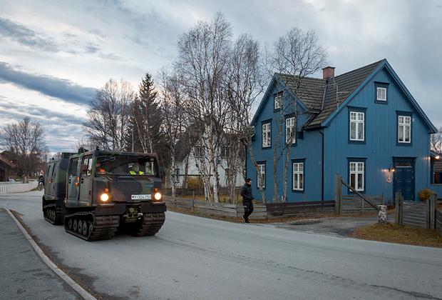 Доставленные из Германии в норвежский город Рерус гусеничные двухсекционные вездеходы Bandvagn 206 (Bv 206) немецкого 232-го горного пехотного батальона колонной направляются в деревню Хальтдален (Норвегия).