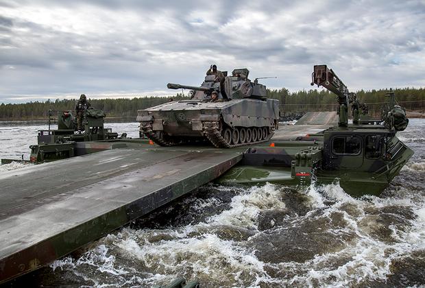 Солдаты Бундесвера из 2-ой роты многонационального инженерного батальона Объединенной оперативной группы повышенной готовности (входит в состав Сил быстрого реагирования НАТО) используют немецкую машину-амфибию M3 Amphibious Rig для переправы нидерландских танков Combat Vehicle 90 через реку Рену (Норвегия).