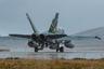 Истребитель четвертого поколения 401-ой тактической боевой эскадрильи Королевских военно-воздушных сил Канады CF-188 Hornet на взлетно-посадочной полосе перед перелетом на авиабазу Бодо.