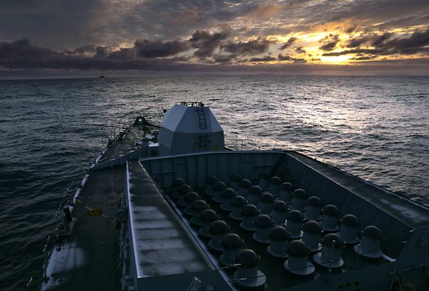 Фрегат типа 23 Королевского военно-морского флота Великобритании HMS Northumberland (F238), пересекающий Северный полярный круг вскоре после восхода солнца, направляется на учения Trident Juncture 2018.