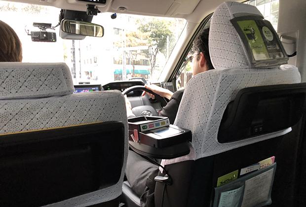 Таксисты плохо понимают любой язык, кроме родного. Поэтому в подголовники передних кресел вшита картонка, на которой подробно описано, как нужно общаться с шофером. И красивые фантазийные чехлы