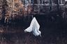 Октябрь — месяц самого мрачного праздника в году — Хеллоуина. Фотограф Мелисса Семияо, ведущая Instagram под мрачным ником @theewhitewitch, который переводится как «Белая ведьма», не могла упустить возможности напугать подписчиков.