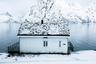 К концу второго месяца осени уже много где лежит снег. Норвежец Эвен Триггстранд знает, что в холода надо всегда носить шапку, поэтому с помощью хитрого ракурса надел на небольшой домик у воды головной убор.