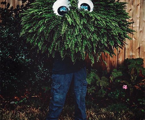 В США к Хеллоуину наряжаются не только люди, но и папоротники. Увлеченная выращиванием вечнозеленых растений американка под ником @seasalt.and.evergreens поделилась с подписчиками снимком своего любимца — папоротника по имени Берни. <br> <br> «Чтобы растения были свежими и раскидистыми, как Берни, им надо непременно дать имена и разговаривать с ними, как с маленькими детьми. Если вам покажется, что растение нервничает или грустит, устройте ему горячий и расслабляющий душ в вашей ванной. Каждый день поворачивайте их и носите по дому, чтобы перед ними открывались разные виды. Никто не хочет неделями торчать на одном и том же месте», — рассказала она комментаторам, восхитившимся папоротником.