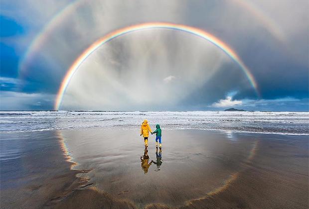 Джулия Крим из Новой Зеландии решила внести красок в мрачный октябрь. На радужный снимок ее вдохновили любимые дети и семейная тяга к приключениям и далеким прогулкам.