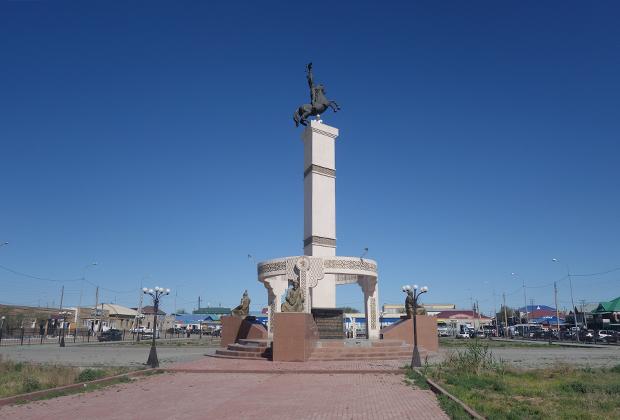 Помимо ушедшего моря и заброшенного порта в Аральске есть и официальные достопримечательности. Например, площадь перед базаром, украшенная стелой с всадником на вершине.