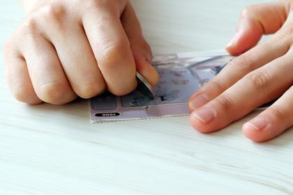 Честный мальчик отдал забывчивой тете ее выигрышный лотерейный билет