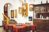 Еда в Ереване — местная достопримечательность. Здесь есть и восхитительные заведения национальной кухни, и крафтовые гастро-бары, и крошечные ресторанчики на любой вкус. Интерьер домашнего заведения может напоминать обычную гостиную в доме. Пожив в столице Армении хотя бы неделю, практически невозможно сохранить привычный вес, настолько богата и разнообразна местная кухня, насыщенная восточным колоритом. Это настоящий рай для гурманов, особенно учитывая традиционное гостеприимство армян и весьма приемлемые цены.