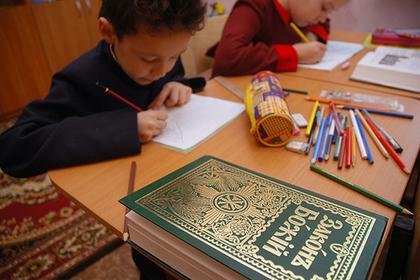 Родители российских школьников забили тревогу из-за православных уроков