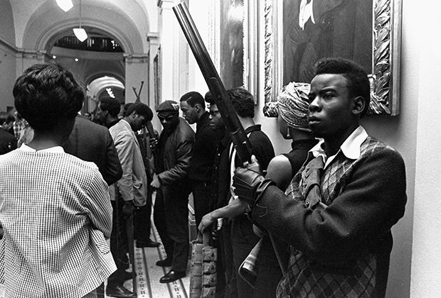 «Черные пантеры» с оружием протестуют из-за законопроекта о запрете ношения оружия в присутственных местах