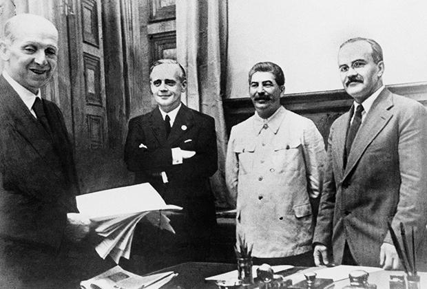 Справа налево: Вячеслав Молотов, Иосиф Сталин, Иоахим фон Риббентроп после подписания договора о ненападении