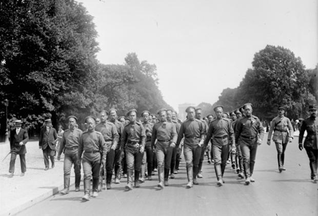 Русский экспедиционный корпус во Франции на Елисейских полях. Париж, май 1916 года