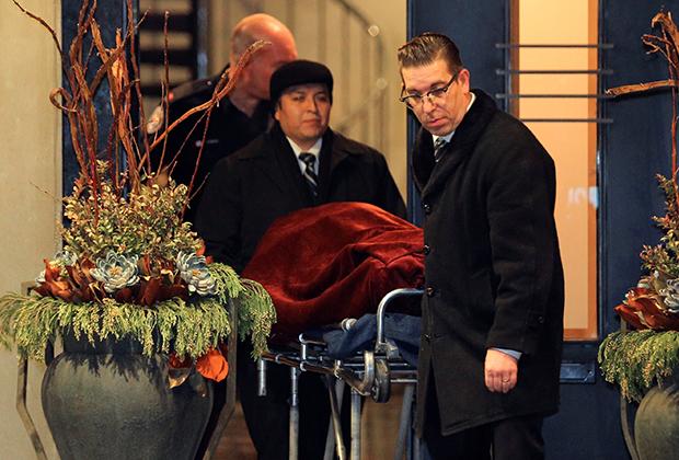 15 декабря 2017 года, одно из тел вывозят на экспертизу