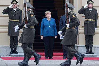 Украинский караул встретил Меркель «бандеровским» приветствием
