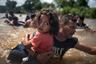 Утром 13 октября в путь готовы были пуститься уже более тысячи беженцев. Все они мечтали получить политическое убежище в США, в худшем случае — в Мексике. А когда шествие пересекло границу Гватемалы, а затем Мексики, к нему присоединилось еще несколько тысяч человек.