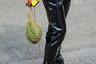Кто-то поленился как следует натянуть ботинки, а кто-то — сделать педикюр. На шанхайской неделе моды был замечен мужчина с нечеловеческими ступнями и экзотическим фруктом.