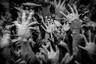 Вся серия итальянца Косимо де Паскаля «Колодец душ» состоит из множества рук, тянущихся вверх. Это скульптуры, расположенные в Ватронгкхуне, буддистском храме в Таиланде. Руки, символизирующие несдерживаемое желание, расположены перед «Мостом перерождения», переход через который для паломников означает преодоление искушения, желаний и алчности.