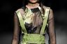 Участницы показа модельера Лин Ци (Lin Qi) спрятали лица за масками авиаторов, зато показали грудь.