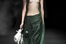 """Если на неделе моды в Милане гвоздем программы <a href=""""https://lenta.ru/photo/2018/09/25/milan/"""" target=""""_blank"""">стала</a> модель с тройной грудью, то в Пекине эту часть тела предпочитали прятать. Дизайнер Лин Ци (Lin Qi) облачила девушек в переливающиеся вуали и сделала акцент на цветочных головных уборах."""