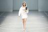 Чтобы китайская обувь не развалилась прямо во время показа, модель решила перестраховаться и несла ее в руках.