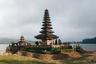 Одно из самых живописных и популярных мест на Бали — храм Пура Улун Дану, который расположен на берегу пресноводного озера Братан.