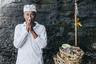 На Бали существует кастовая система, подобная индийской, но менее принципиальная. Представители самой уважаемой касты — священники — ходят в белом. Считается, что эти люди ближе всех к богам.