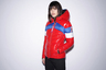 Модная марка Pinko объединилась с итальянским брендом горнолыжной и вообще спортивной одежды Invicta, основанным еще в 1906 году, и выпустил совместную коллекцию пуховиков в духе 1980-х, когда горные лыжи были самым «гламурным» видом спорта. Яркие цвета, стилистика colorblocking, объем oversize и броские лого — традиции возрождаются.